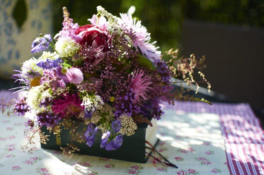 Květinová vazba z růžových sadců ve stádiu poupat kombinovaná s letními astrami, řebříčky, mavuněmi, čechravami, verbenou, dlužichami, omějemi a růží Scentimental
