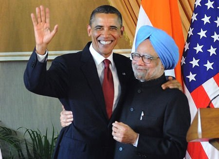 Obama se abraza con el primer ministro de India, Manmohan Singh. Foto publicada en QQ News.