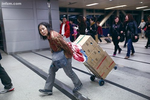 Cada vez más gente normal y corriente compra en el extranjero, dice el Nanfang Zhoumo. Uno de los lugares donde esto se puede ver con más claridad es entre las ciudades limítrofes de Shenzhen y Hong-Kong.