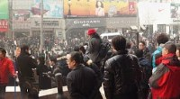 """<p>El pasado fin de semana se convocaron en 13 grandes ciudades chinas manifestaciones inspiradas por los movimientos que están sacudiendo el mundo árabe en el último mes, con Túnez y Egipto a la cabeza. La convocatoria parece que fue lanzada por la página web <a href=""""http://www.boxun.com/"""">Boxun</a> (博讯), donde se recogen en chino numerosos artículos críticos con el gobierno y a favor de la democracia y los derechos humanos (<a href=""""http://en.wikipedia.org/wiki/Boxun.com"""">aquí </a>más información sobre este web), y circuló profusamente por Twitter con la etiqueta <a href=""""http://twitter.com/#search?q=%23CN220"""">cn220</a>, en referencia al día marcado para las manifestaciones, el domingo 20 de febrero.</p>"""
