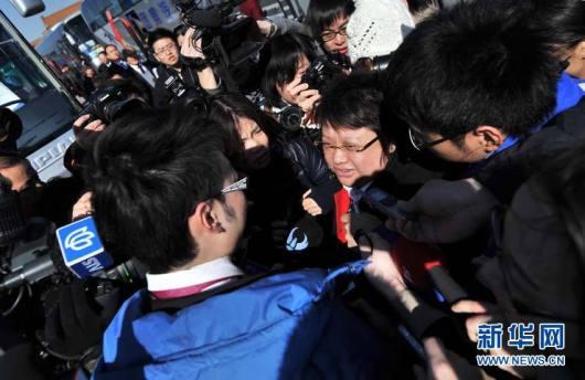 La cantante Han Hong, asediada por los periodistas.