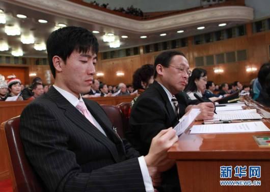 El deportista Liu Xiang dentro del Gran Salón del Pueblo, donde está teniendo lugar la reunión política más mediática del año.