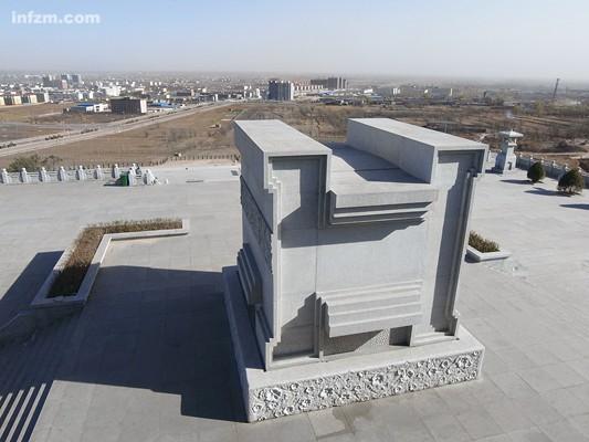 """Para el diseño de la tumba se han tenido en cuenta otros importantes mausoleos como el de Sun Yat-sen, Mao Zedong, Deng Xiaoping, Liu Shaoqi o Hu Yaobang. La forma de """"H"""", como se puede ver en la imagen, hace referencia a su apellido, Hua, y también simboliza su vuelta a casa (en inglés, """"home""""). Sus restos serán depositados en esa piedra con forma de trípode (ding, 鼎), un objeto tradicional chino."""