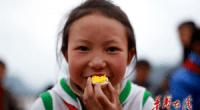 <p>A pesar de ser la segunda economía del mundo en Producto Interior Bruto, todavía hay regiones en China donde se pasa hambre y faltan escuelas. Uno de los temas que más ha llamado la atención en los últimos años ha sido el de los niños que tienen que recorrer una o dos horas atravesando peligrosos caminos de montaña para poder asistir a clase. Muchos de estos pequeños, sobre todo en las provincias de Guangxi, Guizhou y Yunnan, ni siquiera tienen dinero para almorzar en sus escuelas. Para solucionar este problema, varios medios de comunicación y periodistas (entre ellos el diario Huasheng Zaixian y el Semanal Phoenix) han lanzado una campaña para ofrecer comida gratis a los niños de estas escuelas en regiones aisladas del centro-oeste del país