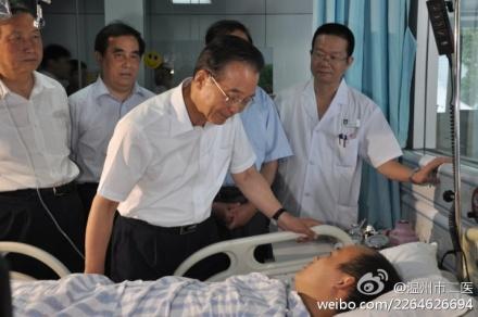 Wen Jiabao visita a los heridos por el accidente de tren en el hospital.