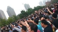 <p>El pasado domingo 14 de agosto, al menos 12.000 personas salieron a las calles de la ciudad de Dalian, en el noreste de China, para exigir la mudanza de una planta química que produce paraxileno (PX). Los manifestantes recorrieron el centro de la ciudad portando pancartas y cantando eslóganes y llegaron hasta las puertas del comité municipal del Partido, donde fueron bloqueados por la policía. La gente decidió salir a la calle después de escuchar algunos rumores que afirmaban que el tifón de la semana pasada en el este de China había afectado a la planta química y provocado una fuga de paraxileno, un producto químico utilizado en la fabricación del poliéster.</p> <p>Incluimos fotos, links y análisis sobre esta novedosa manifestación. </p>