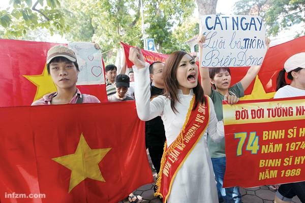 Jóvenes vietnamitas se manifiestan contra China en Hanoi.