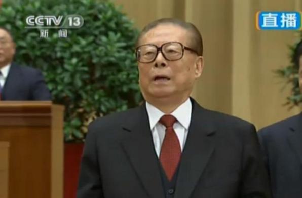 Jiang Zemin entona el himno de China durante las celebraciones del 9 de octubre en Pekín.