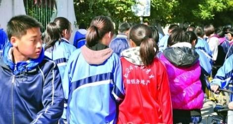 El uniforme rojo marcaba a los mejores estudiantes y servía de soporte para el anuncio de una empresa.