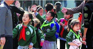 Los buenos estudiantes, con el pañuelo rojo; los malos, con el verde.