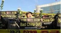 """<p>Hace tiempo que barcos y pescadores en las aguas del Pacífico provocan enfrentamientos entre distintos países asiáticos. Si hace poco más de un año<a href=""""http://www.zaichina.net/2010/09/09/china-y-japon-se-pelean-por-las-islas-diaoyu-senkaku/""""> la polémica</a> fue entre Japón y China en torno a las islas Diaoyu-Senkaku, en los últimos días el enfrentamiento está teniendo lugar entre Seúl y Pekín.</p> <p>Mientras manifestantes coreanos han acudido a la embajada china para protestar por el último incidente, en China los internautas no han dejado de criticar la prepotencia del vecino asiático. <strong>Daniel Méndez</strong>.</p>"""
