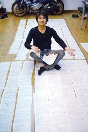Han Han posa con las páginas escritas a mano de su primera novela.