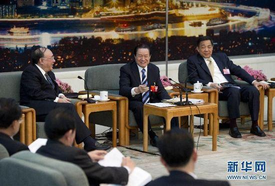 Zhou Yongkang, en el centro, junto a Bo Xilai, sentado a su izquierda.