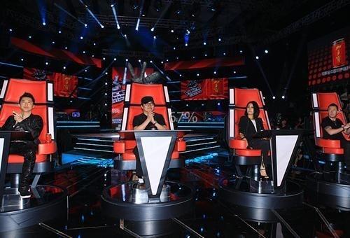 Los cuatro jueces y tutores del programa se sientan de espaldas a los concursantes para escuchar sus actuaciones. De izquierda a derecha: Harlem Yu, Liu Huan, Na Ying y Yang Kun.