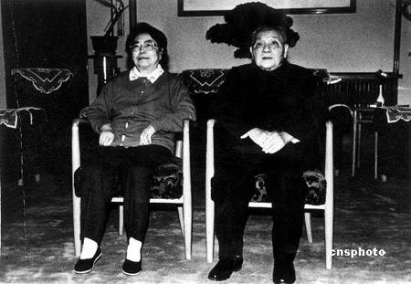 Deng Xiaoping junto con su esposa, Zhou Lin.