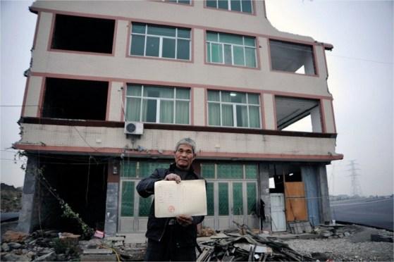 Uno de los inquilinos que ha decidido no mudarse, con el título de propiedad de la tierra en sus manos.