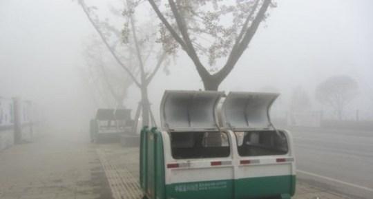 El tipo de contenedor en el que los niños se quisieron proteger del frío. En la localidad de Bijie.