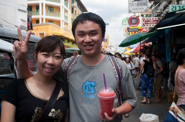 Dos turistas chinos en el centro de Bangkok, poco antes de partir hacia Phuket. (FOTO: Daniel Méndez)