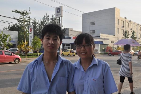 Jóvenes trabajadores chinos en una fábrica textil del sur de Pekín. (FOTO: Daniel Méndez)
