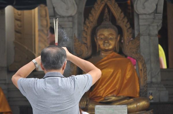 Un turista chino visita uno de los templos budistas de Bangkok. FOTO: Daniel Méndez.