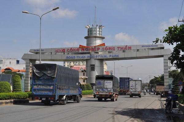 A las afueras de Ho Chi Minh, en el complejo industrial de Binh Duong, los camiones marcan el paso de una región a la que se han mudado muchas compañías procedentes de China. [Foto: Daniel Méndez]