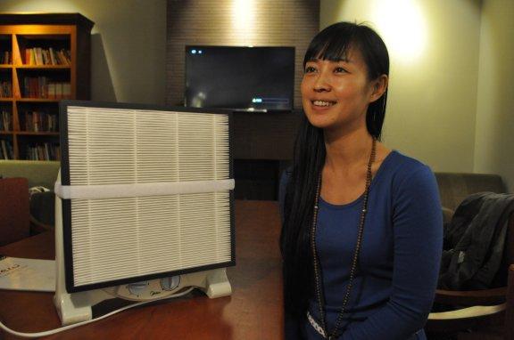 La pequinesa Guo Ya, uno de los miembros del equipo Smart Air Filters, posa con su primer purificador de aire casero. [Foto: Daniel Méndez]