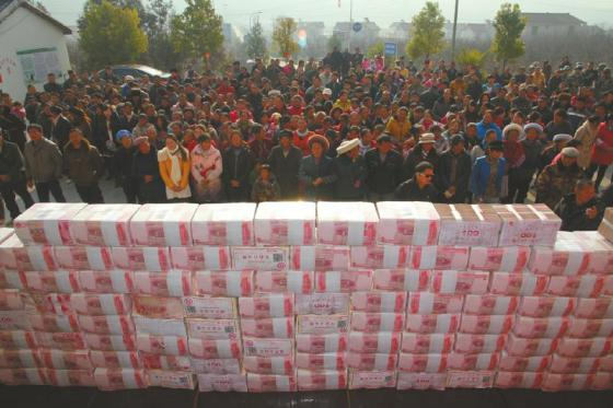 En total, la pasta acumulada en las calles del pueblo pesó 156 kilos.