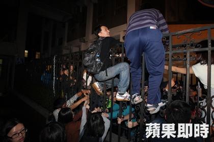 Los manifestantes intentan llegar al parlamento taiwanés.