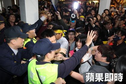 Desprevenida, la policía no pudo frenar en un primer momento a los manifestantes.