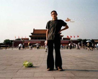 El artista Han Bing, paseando a su col en la Plaza de Tiananmen de Pekín en el año 2001.