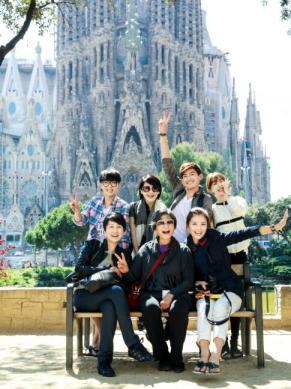 Los siete famosos frente a la Sagrada Familia.