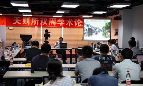 Una de las charlas bisemanales en el Instituto Unirule. [FOTO: Daniel Méndez]