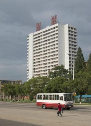 Uno de los grandes bloques de edificios de la capital norcoreana (FOTO: Daniel Méndez)