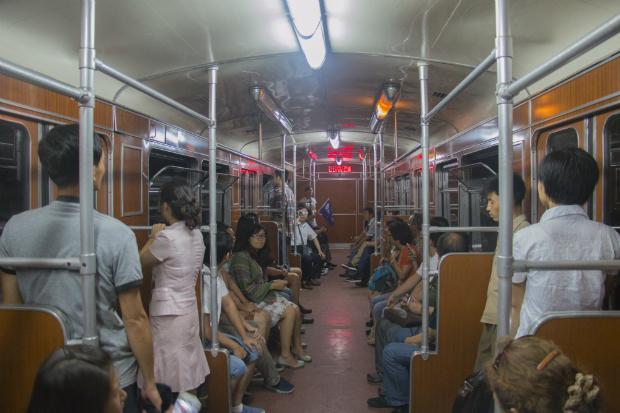 Turistas chinas en el metro de Pyongyang (FOTO: Daniel Méndez)