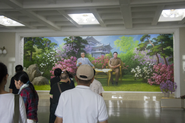 Turistas chinos en un restaurante con un mural de los Kim (FOTO: Daniel Méndez)