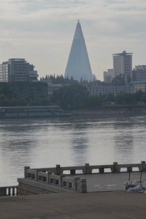 El moderno hotel hotel Ryugyong se puede ver ahora acabado (al menos por fuera) en el centro de Pyongyang (FOTO: Daniel Méndez)