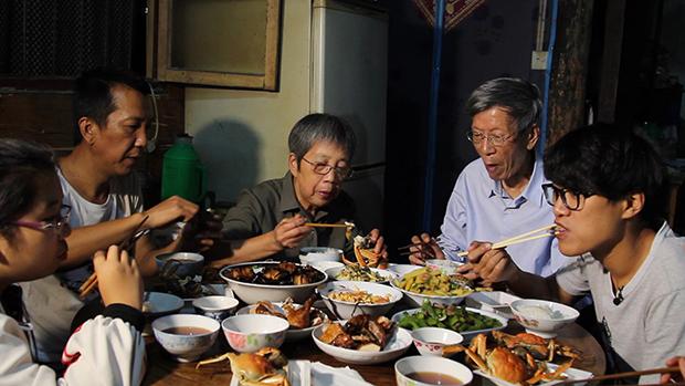 En muchas ocasiones, los activistas chinos tienen que enfrentarse a la incomprensión de la sociedad y de sus propias familias. A la derecha de la imagen, el joven Da Shi, en una de las escenas del documental.