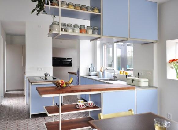 de keuken verdeelt zich over twee ruimten