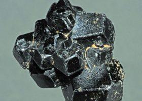 メラナイト(灰鉄柘榴石の変種/かいてつざくろいし)Melaniteの特徴・意味と効果