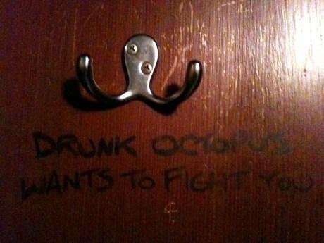une pieuvre ivre veut se battre avec vous