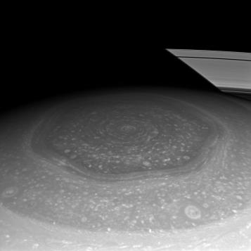 ringshexagon_cassini_1016