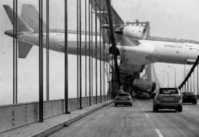 avion dans un pont