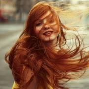 fille rousse vent cheveux