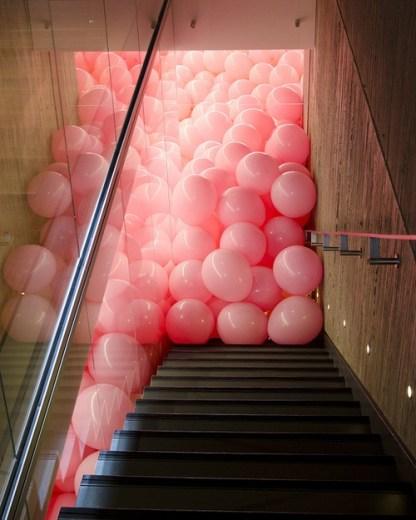 ballons roses escalier