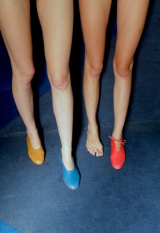 jambes et chaussures colorees