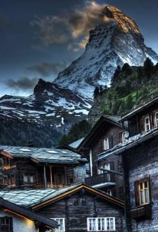 village sous montagne