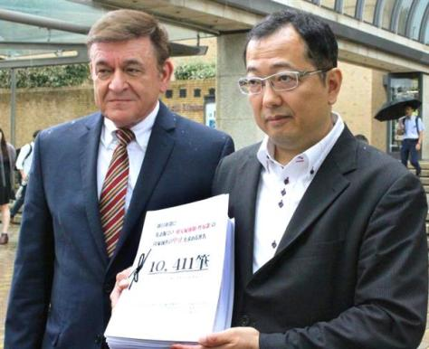 ケント氏(左)と山岡氏は、朝日新聞に英語版の修正を申し入れた