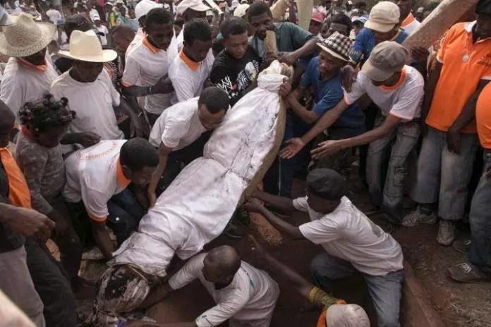 Check the most world's scariest funeral rituals; Eating the dead
