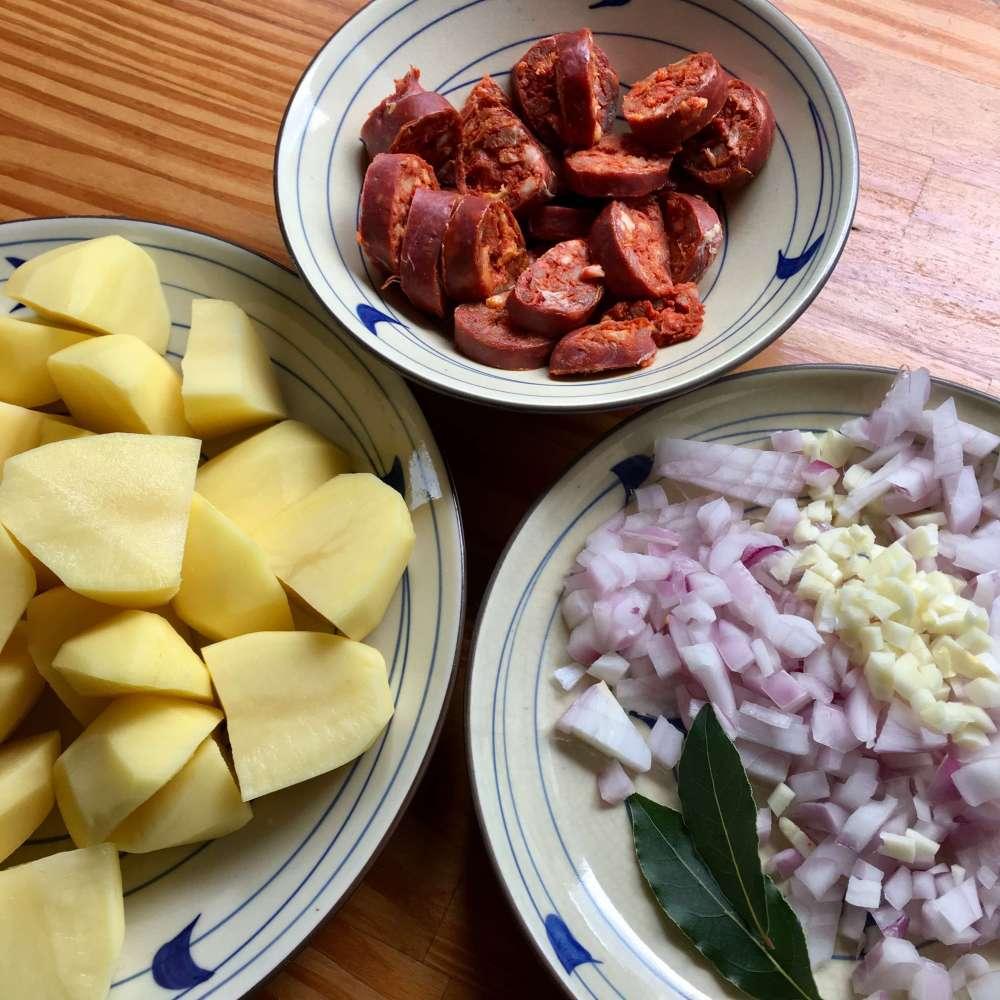 Preparación de patatas a la riojana