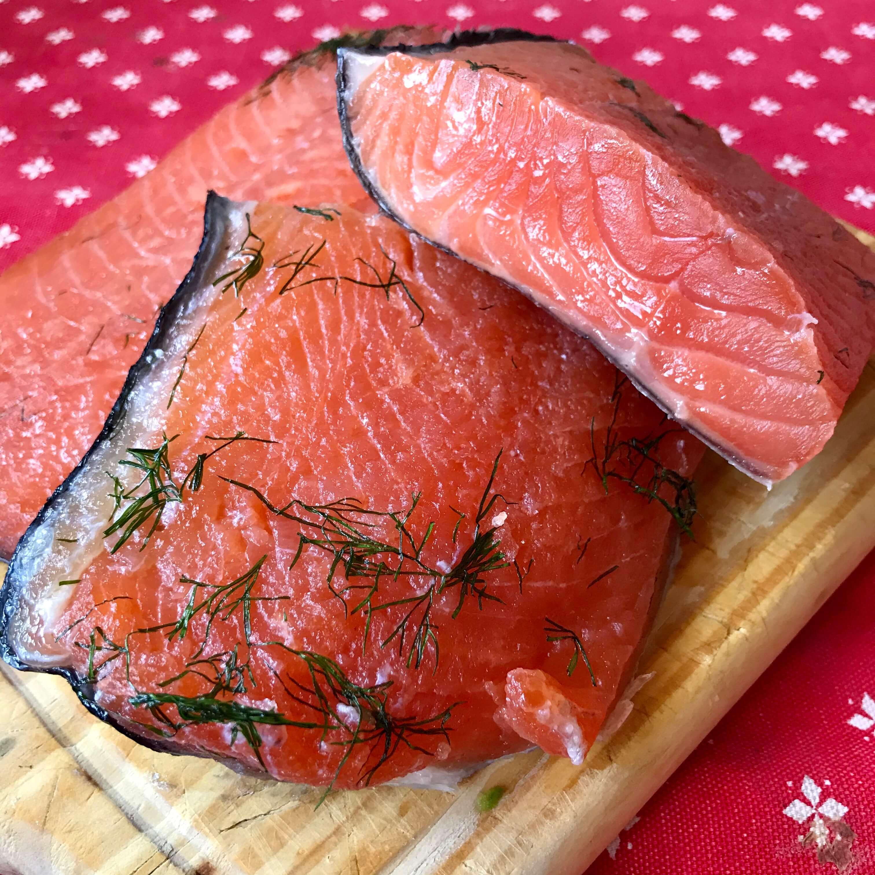 Salmón marinado con eneldo